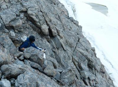 Pierre taquine un damier sur la falaise